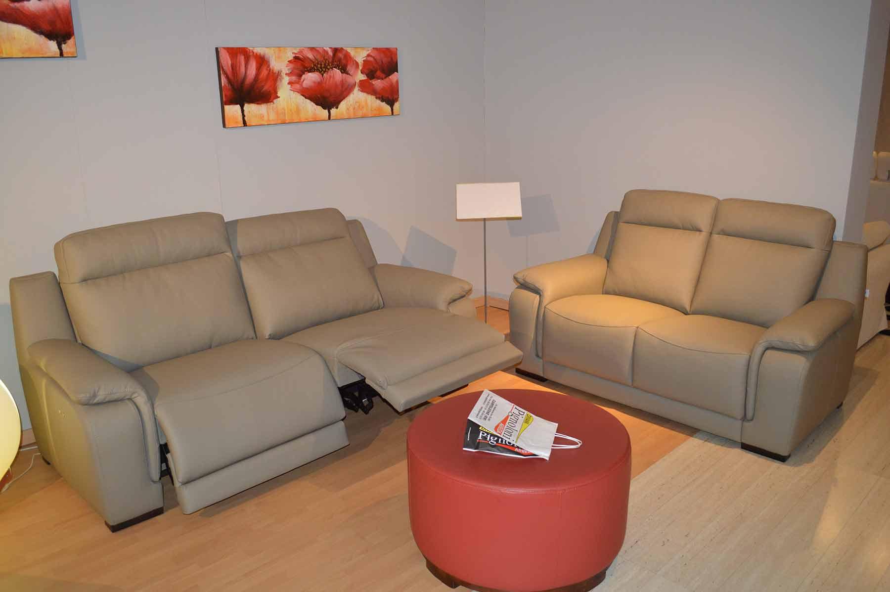 Coppia divani vega con 2 recliner elettrici pignoloni for Vega arredamenti