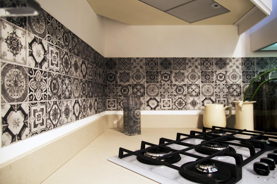 Piastrelle E Rivestimenti Cucina piastrelle e rivestimenti in una cucina bianca – pignoloni